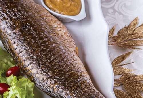 Foto de peixe assado com pirão